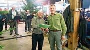 Köbi Rutz (links) gratuliert Hanspeter Zwicker. (Bild: PD)
