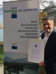 Kurhaus Leiter Diego Bazzocco präsentiert die Auszeichnung. (Bild: PD)