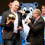 Auszeichnung und Ansporn: Marko Klok, Trainer der ersten Mannschaft, bekommt anlässlich der Jubiläumsfeier von Vizepräsident Kurt Wick einen golden glänzenden Ball. (Bild: Donato Caspari)
