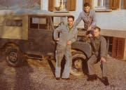 Hans Willi und die Mitarbeiter Erich Müller und Detlef Krüger mit dem ersten Firmenauto der Gebrüder Willi Elektro AG. (Bild: PD)