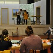 Auf der Bühne der Mehrzweckhalle Sonnenberg proben die Schauspieler intensiv. (Bild: Ramona Riedener)