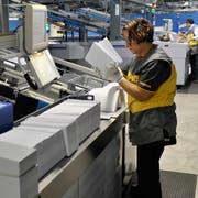 Eine Angestellte der Post arbeitet an der Automatischen Sortierung im Briefpostverteilzentrum Härkingen (Andy Mueller/Keystone)