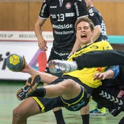 St. Otmars Kreisläufer Tobias Wetzel im Clinch mit der Berner Verteidigung. (Bild: Michel Canonica)