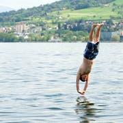 Ein Sprung in den Bodensee im Seebad Goldach bringt eine Abkühlung. (Bild: Urs Jaudas - 9. Mai 2013)