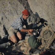 Der junge Peter Diener beim Kochen auf einer Klettertour am Mont Blanc. (Bild: Adi Lippuner)