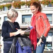 Annelis Peter unterschreibt Yvette Estermanns Initiative für eine steuerfreie AHV. (Bild: Kari Kälin, Luzern, 1. Oktober 2019)