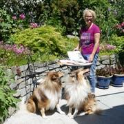 Sorgfältig wählt Marianne Gantenbein Lieder für das Offene Singen aus. Dabei wird sie von ihren Hunden Leo und Terry aufmerksam beobachtet. (Bild: Esther Wyss)