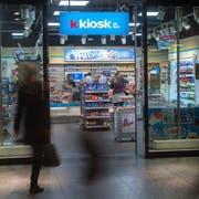 Eine «K Kiosk»-Filiale im Bahnhof Bern. Die Kette gehört zur Valora-Gruppe. Bild: Marcel Bieri/Keystone (20. Februar 2018)