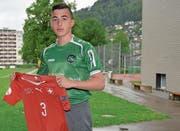 Hier hat alles begonnen: Fabio Solimando auf der Wattwiler Grüenau im Tenü des FC St.Gallen und mit dem Trikot der U17-Nationalmannschaft, das er sich in England übergestreift hat. (Bild: Beat Lanzendorfer)