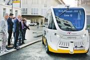 Die Verkehrsplaner aus Konstanz und Kreuzlingen betrachten den autonomen Elektrobus. (Bild: PD/Stadt Kreuzlingen)