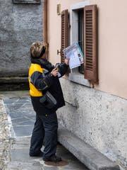 Postboten nehmen in acht Ausserrhoder Gemeinden sowie in Innerrhoden neu auch Kundenaufträge entgegen. (Bild: Samuel Golay/Keystone)