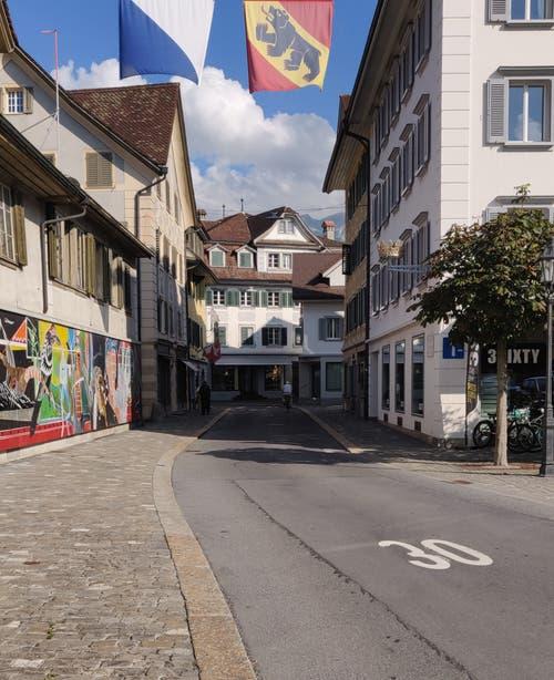 Nicht alle Strassen sind verstopft: Die vom Dorfplatz zum Tellenegg ist menschenleer.. (Bild Markus von Rotz)
