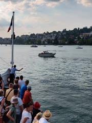 Eine Matrosin versucht das Boot, das die «Gallia» beim Ablegen vom Lido behindert, zu vertreiben. (Bild: Markus von Rotz; Luzern, 5. August 2018)