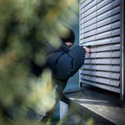 Viele Einbrecher steigen durch Fenster in die Wohnung ein. (Bild: Mareycke Frehner)