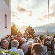 Ein wenig Geduld und dann zeigte sich die Sonne doch noch zwischen den Wolken. Zum Tag der Sommer-Sonnenwende trafen sich gestern viele Interessierte bei der Pfarrkirche in Sarnen. (Bilder: Izedin Arnautovic (21. Juni 2018))