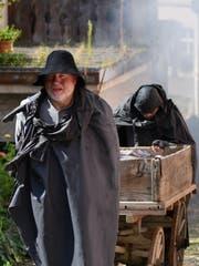 Beni Bischof und Albert Glauser müssen in der Nachmittagshitze Schwerstarbeit verrichten. (Bild: Manuel Nagel)