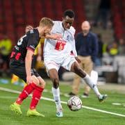 Luzerns Ibrahima Ndiaye (rechts) kann sich gegen den Xamaxien Leo Seydoux nicht durchsetzen. (Bild: Martin Meienberger/Freshfocus, Neuenburg, 26. Oktober 2019)