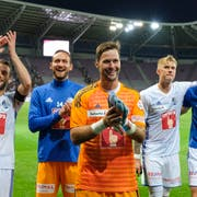 David Zibung (vorne) feiert mit Mannschaftskollegen den Einzug in die Cup-Achtelfinals. Bild: Martin Meienberger/Freshfocus (Genf, 15. September 2018)