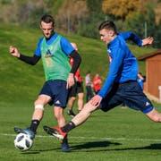 Christian Schneuwly (links) spielt den Ball im Training von Marbella an Silvan Sidler vorbei.(Bild: Martin Meienberger/Freshfocus (Mijas/Marbella, 14. Januar 2019))