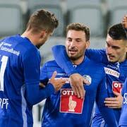 Der Mann des Spiels wird bejubelt: Francesco Margiotta (Mitte) nimmt die Gratulationen seiner Teamkollegen entgegen. (Bild: Martin Meienberger/freshfocus, Luzern, 20. Oktober 2019)