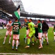 Freude herrscht: Die Spieler des FCSG lassen sich nach Spielschluss von den mitgereisten Fans feiern. (Bild: Pascal Muller/freshfocus)