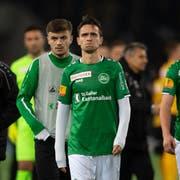Enttäuschung pur: St.Gallens Jordi Quintillà (Mitte) und Ermedin Demirovic (rechts) trotten nach der Niederlage vom Feld. (Bild: Freshfocus)