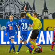 Schiedsrichter Urs Schnyder zeigt Ruben Vargas (nicht im Bild) die rote Karte. (Bild: Martin Meienberger / Freshfocus, Luzern, 13. Februar 2019)
