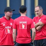 FCL-Chefcoach Thomas Häberli (rechts) bespricht sich mit Assistent Manuel Klökler (links) sowie Athletiktrainer und Leistungsdiagnostiker Michael Müller. (Bild: Martin Meienberger/Freshfocus, Luzern, 17. Juni 2019)