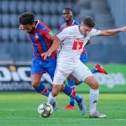 Es war ein enges Spiel zwischen Crystal Palace und dem FC Luzern. Hier sind Andros Townsend (links) und Idriz Voca im Zweikampf. (Bild: Martin Meienberger/Freshfocus, Biel, 9. Juli 2019)