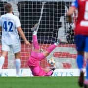 Torhüter Marius Müller (FC Luzern) kassiert das Tor zum 1:0 gegen den FC Basel. (Bild: Martin Meienberger/freshfocus)