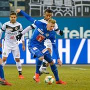 Im Duell zwischen Luzern (vorne Marvin Schulz) und Lugano (Carlinhos Junior) geht es um die Europa League - und um die Barrage. (Bild: Martin Meienberger/Freshfocus, Luzern, 16. Februar 2019)