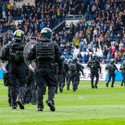 Polizisten betreten das Spielfeld bei der Partie FCL - GC. (Martin Meienberger/freshfocus)