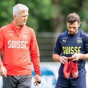 Nationaltrainer Vladimir Petkovic unterhält sich mit Admir Mehmedi während des Trainings in Freienbach. (Bild: Ennio Leanza/Keystone (Freienbach, 24. Mai 2018))