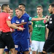Emotionen pur: Spieler des FC St.Gallen und des FC Luzern in der Diskussion mit Schiedsrichter Lionel Tschudi. (Bild: Keystone)