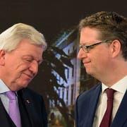 Lange Gesichter bei den Spitzenkandidaten: CDU-Ministerpräsident Volker Bouffier (links) und Thorsten Schäfer-Gümbel von der SPD. Bild: Oliver Dietze/Keystone (Wiesbaden, 28. Oktober 2018)