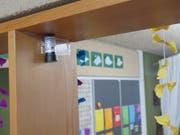 Mit an unauffälligen Stellen placierten kleinen Dosimetern wird die Radonkonzentration in den Schulhäuser gemessen. (Bild: pd)