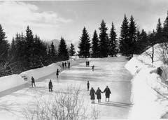 Hoch über dem Vierwaldstättersee lud die Eisbahn auf Rigi-Kaltbad zum Schlittschuhlaufen ein. Die Aufnahme wurde zwischen 1920 und 1940 gemacht. (Bild: Jean Gaberell/ Staatsarchiv Luzern FDC 50/6.3697)