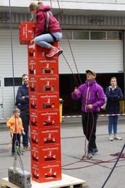 Vor allem bei Kindern und Jugendlichen beliebt: Einen möglichst hohen Turm aus roten «Schützengarten»-Harassen bauen.