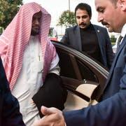 Der saudische Generalstaatsanwalt Saud al-Mojeb auf dem Weg zum Flugzeug Ende Oktober als er Istanbul verlässt. Er fordert die Todesstrafe für fünf der angeklagten Saudis. (Bild: DHA via AP, File, 31 Oktober 2018)
