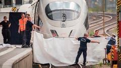 Polizisten schirmen ein Perron im Frankfurter Hauptbahnhof ab. (Bild: ANDREAS ARNOLD)