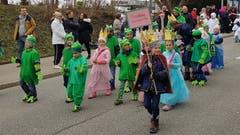Märchensujets waren auch am Fasnachtsumzug in Bruggen ein Renner: Hier der Froschkönig mit vielen Fröschen, ein paar Prinzessinnen und einem König.
