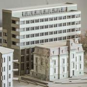 Die sanierte Villa Wiesental und das neue Bürohaus dahinter im Modell. Blick von der Rosenbergstrasse her. (Bild: Hanspeter Schiess - 19. Februar 2019)