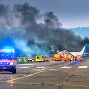 Erste Einsatzkräfte treffen am Schauplatz der Übung auf dem Flughafen Altenrhein ein. © Urs Bucher/TAGBLATT