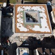 Die neue Überbauung Ulmenstrasse 9/11 in der Lachen. Im Erdgeschoss des Hauses mit dem roten Flachdach ist die neue Migros untergebracht. Im Erdgeschoss des Hauses, das noch eingerüstet ist, befindet sich neu die Lachen-Drogerie. (Bild: Benjamin Manser - 21. Februar 2019)