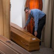 Rolf Arnold vom Luzerner Bestattungsunternehmen Arnold und Sohn bei der Arbeit mit einem Sarg. (Bilder Dominik Wunderli/Luzern, 19. Dezember 2018)