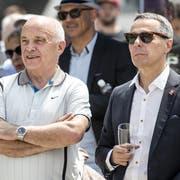 Ärger mit der SVP wegen Pilatus: Bundespräsident Ueli Maurer (SVP) und Bundesrat Ignazio Cassis (FDP), hier beim Apéro während der Bundesratsreise in die Zentralschweiz am vergangenen Donnerstag in Schwyz. (KEYSTONE/Alexandra Wey)