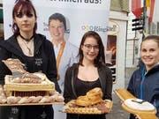 Gabriela Szczapa (v.l.), Julia Bünter und Sereina Barmettler zeigen ihre Kreationen. (Bilder: PD)