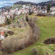 Die Ruckhalde zwischen Oberstrasse und Riethüsli. Die Teile unter und über der alten Bahnstrecke sollen überbaut werden. (Bild: Benjamin Manser - 25. März 2019)
