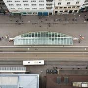 Die Bushaltestelle auf dem Bohl von oben. Bus, Postauto und Trogenerbahn halten in Fahrtrichtung stadtauswärts bei der Calatrava-Wartehalle. (Bilder: Benjamin Manser und Michel Canonica - 2. Mai 2018)
