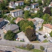 Das Areal am Platztor in St.Gallen. Hier soll zwischen dem Unteren Graben vorne im Bild, der St.-Jakob-Strasse rechts, dem Magnibergweg vor den Mehrfamilienhäusern rechts hinten und der Böcklinstrasse links der neue Campus der Universität St.Gallen entstehen. (Bild: Urs Bucher)